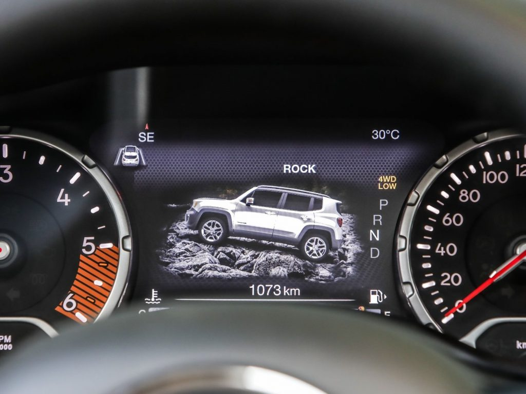 Jeep Renegade. Bivalență: Dur la exterior, confortabil la interior 4
