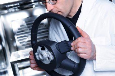 """""""Nose Team"""" de la Audi își petrece ziua mirosind mașini noi 8"""
