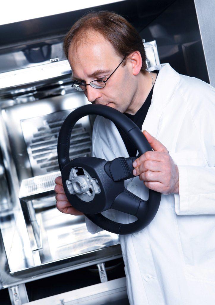 """""""Nose Team"""" de la Audi își petrece ziua mirosind mașini noi 1"""