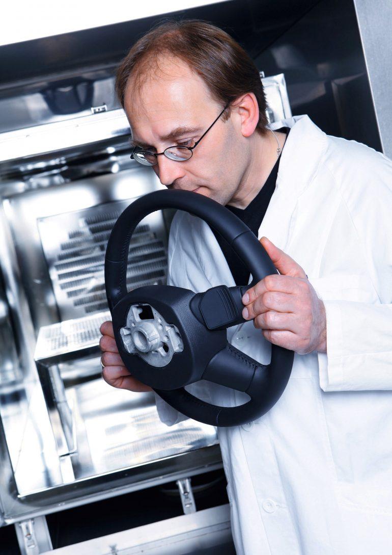 """""""Nose Team"""" de la Audi își petrece ziua mirosind mașini noi 3"""
